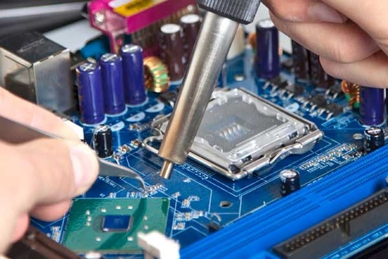 Die Pinzette ist in der SMD-Technik ein nützliches Werkzeug beim Heißluftlöten!